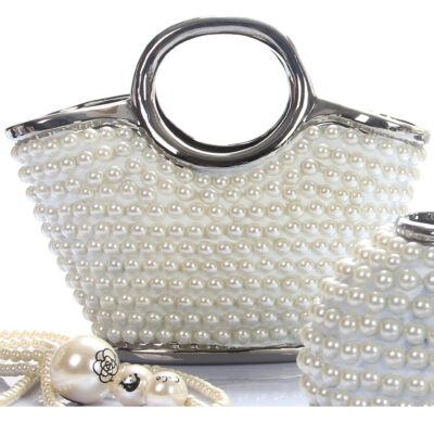 Fehér gyöngyökkel kirakott táska alakú dísz